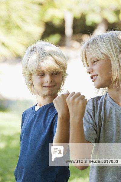 Junge Brüder schlagen mit den Fäusten