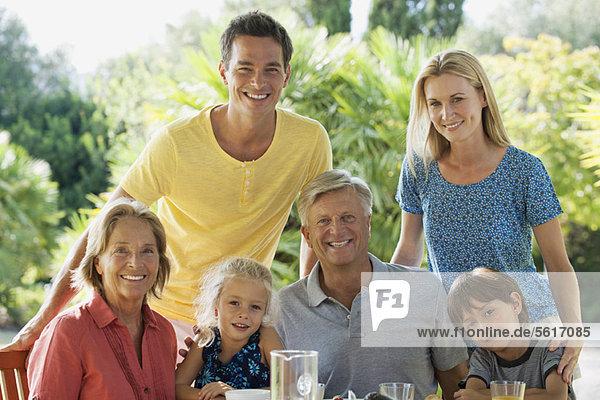Mehrgenerationen-Familie im Freien  Portrait