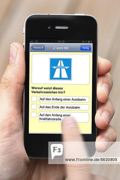 Iphone  Smartphone  App auf dem Display  Lernprogramm für den KFZ-Führerschein