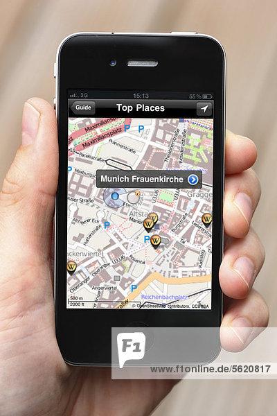 Iphone  Smartphone  App auf dem Display  Stadtplan mit lokalen Informationen  offline verfügbar