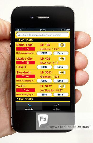 Iphone  Smartphone  App auf dem Display  Flughafeninformationen über Abflug  Ankunft  Verbindungen