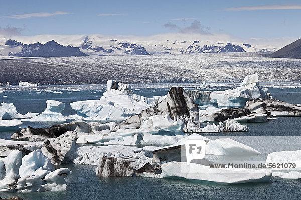 Kleine Eisberge mit Spuren von Vulkanasche in der Gletscherlagune des Gletschers Vatnajökull Jökulsarlon  Island  Europa