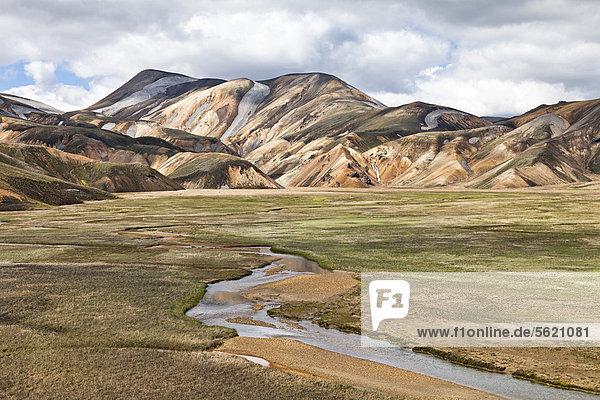 Tal mit Bach in den farbigen Rhyolith-Bergen von Landmannalaugar  Fjallabak Naturschutzgebiet  Island  Europa