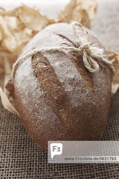 Rustikales Brot auf Papier