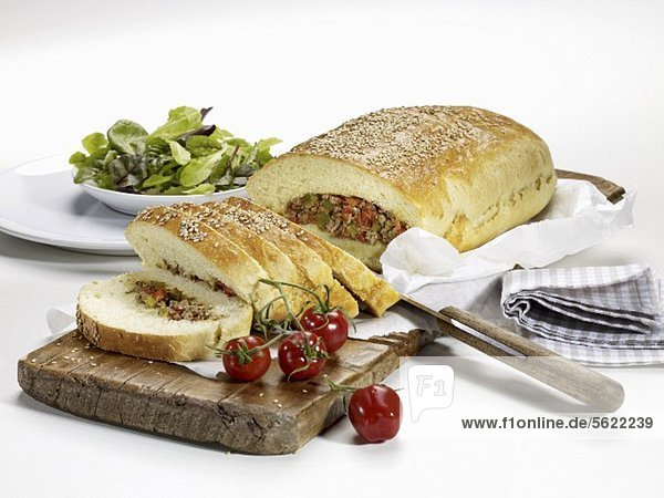 Mit Hackfleisch gefülltes Brot