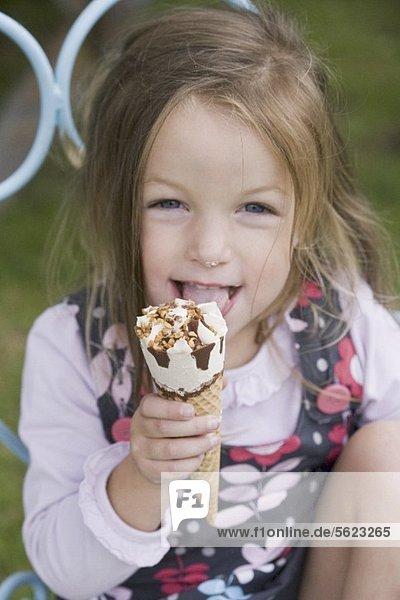 Mädchen isst Eistüte Mädchen isst Eistüte