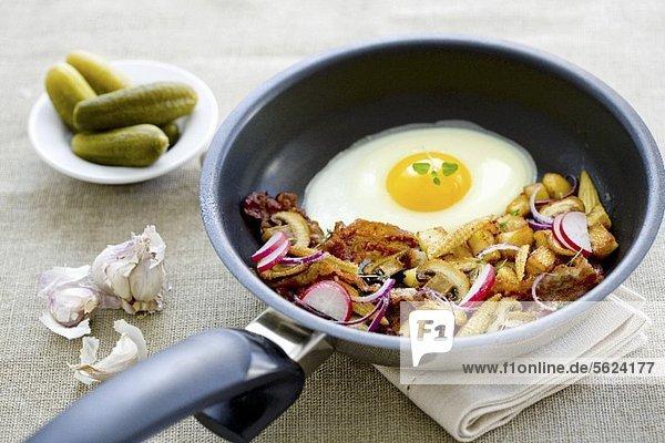 Bauernfrühstück mit Bratkartoffeln und Spiegelei Bauernfrühstück mit Bratkartoffeln und Spiegelei