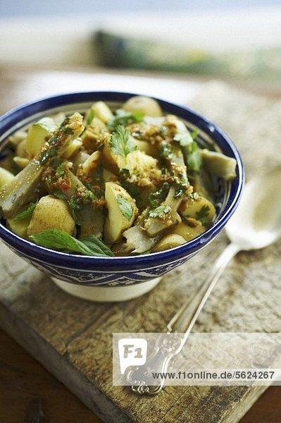 Kartoffelsalat mit Artischoken und Harissa-Dressing (Marokko)