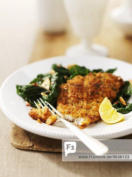 Paniertes Fischfilet mit Spinat