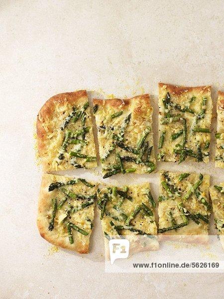 Spargelpizza  in Stücke geschnitten