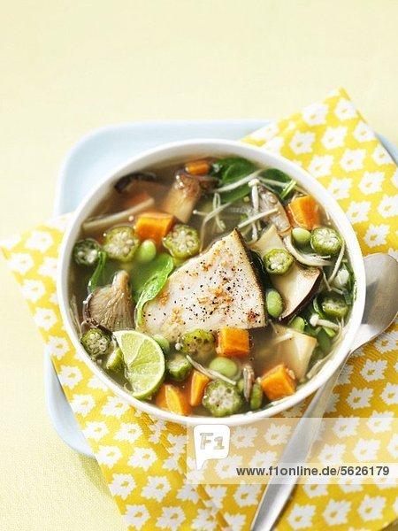 Gemüsesuppe mit Pilzen und gegrilltem Fisch