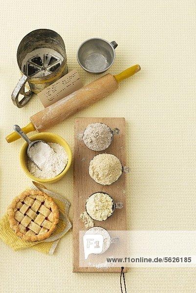 Mehl  Nudelholz  Mehlsieb und Tartelett
