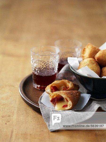 Panzerotti (frittierte Teigtaschen  Italien) mit Provolone