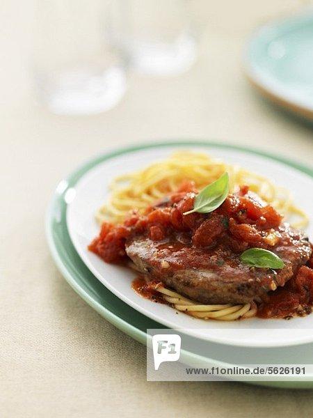 Rindersteak alla Pizzaiola mit Tomaten und Spaghetti