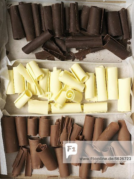 Weisse und dunkle Schokoladenröllchen