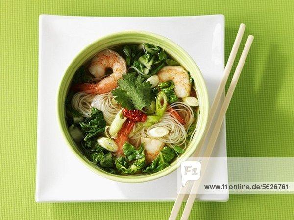 Nudelsuppe mit Gemüse und Garnelen (Asien)