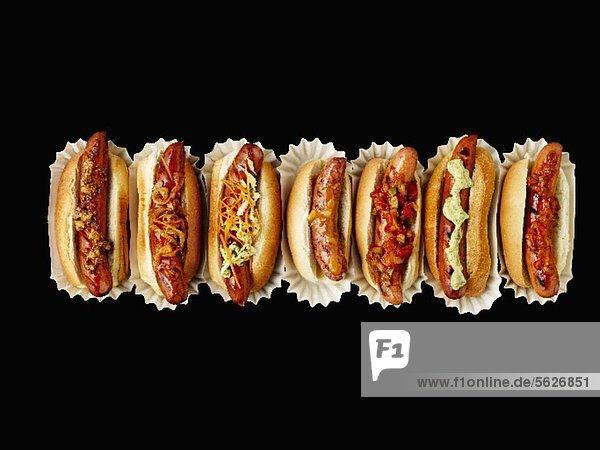Mehrere Hot Dogs in einer Reihe