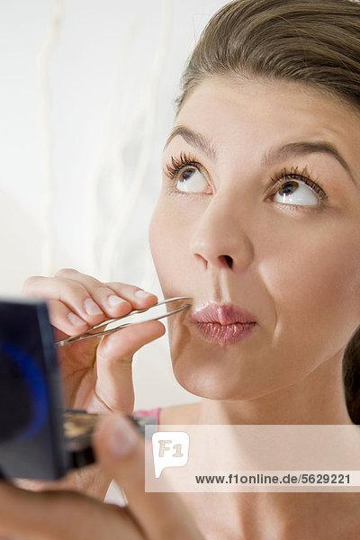 Frau Gesichtsausdruck Gesichtsausdrücke Ausdruck Ausdrücke Mimik Haar zupfen