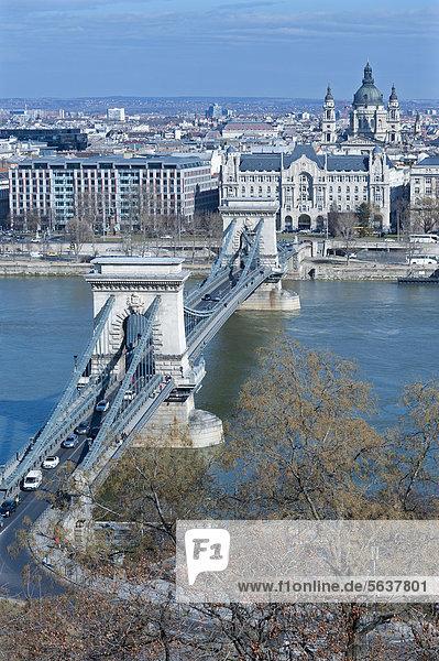Blick auf Kettenbrücke  Donau  Budapest  Ungarn  Europa