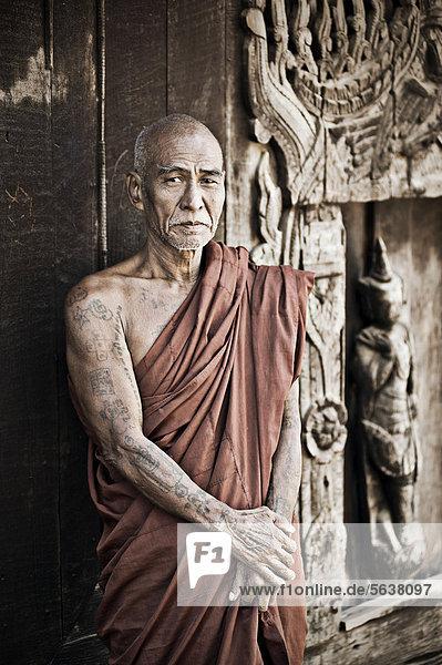 Buddhistischer Mönch in einem Kloster in Birma  Burma  Myanmar  Südostasien  Asien