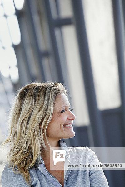 Außenaufnahme  stehend  Geschäftsfrau  lächeln  freie Natur