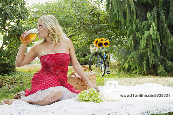 Frau  Picknick  trinken