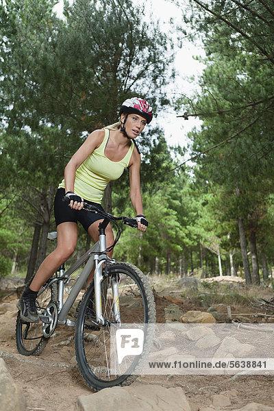 Frau Mountainbiken auf Felsen