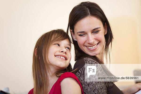 sitzend  Zusammenhalt  Tochter  Mutter - Mensch