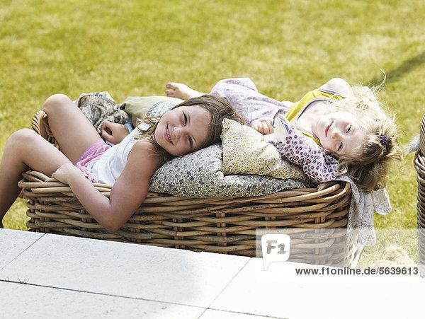 Außenaufnahme  Entspannung  Korb  Mädchen  freie Natur