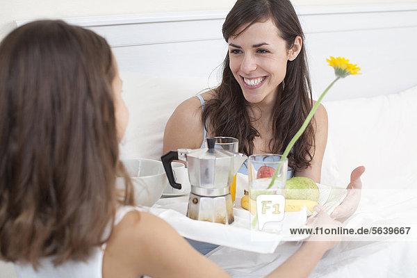 bringen  Bett  Mädchen  Mutter - Mensch  Frühstück