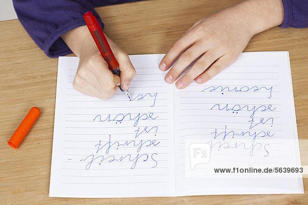 Student übt Handschrift im Unterricht