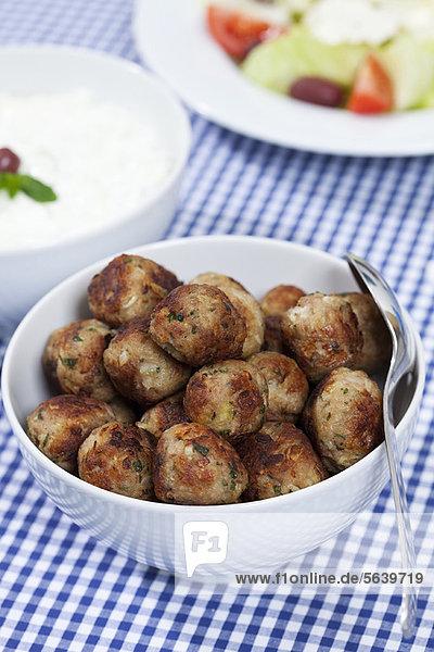 Schale mit Keftedakia-Fleischbällchen