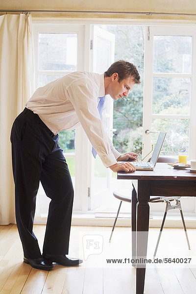 benutzen  Notebook  Geschäftsmann  Frühstück