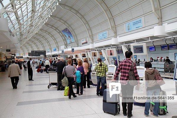 Frau  Mann  Gepäck  Luftverkehr  Passagier  Kanada  Abreise  Ontario  Toronto