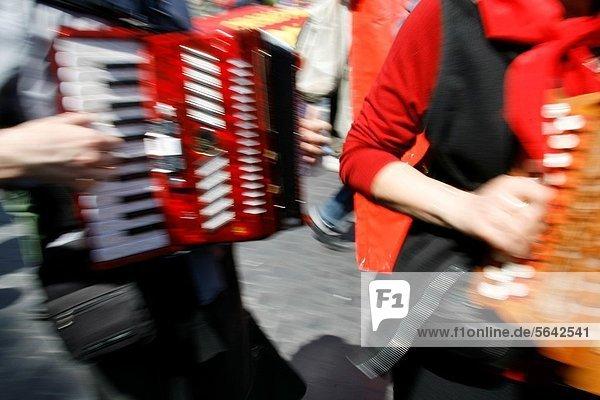 Mensch , Menschen , Straße , Akkordeon , spielen