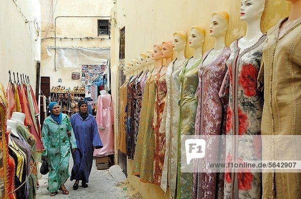 Fès  Fez  Frau  Kleidung  kaufen  Souk  Fes  marokkanisch  Marokko