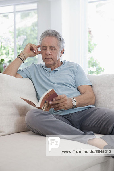 Ein älterer Mann  der ein Buch liest.