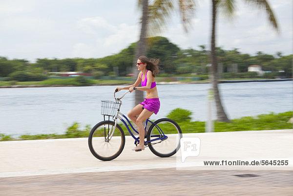 Mädchen Radfahren barfuß
