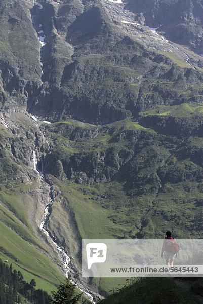 Ein Wanderer auf dem Weg  Breithorn  Schweiz