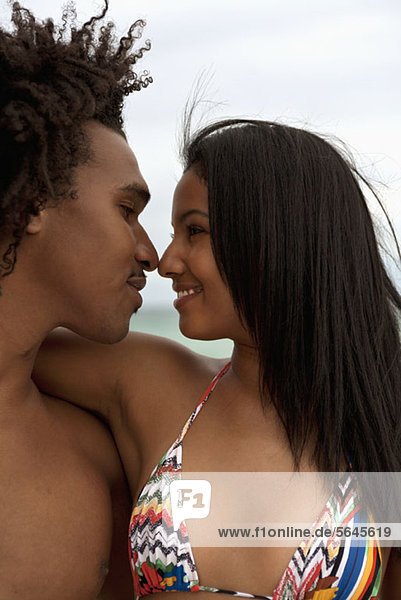 Ein junges Paar  das sich umarmt.
