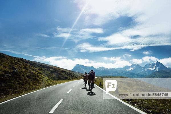Radfahrer auf einer Bergstraße  Tirol  Österreich