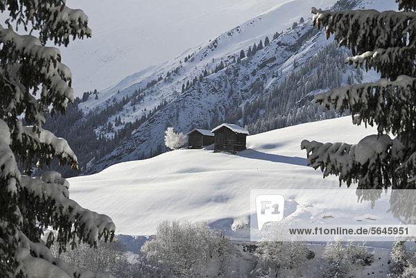 Zwei Winterhütten am Berg