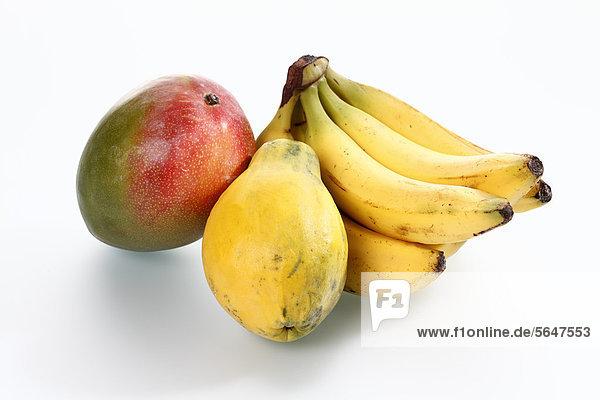 Vielfalt der Früchte auf weißem Grund