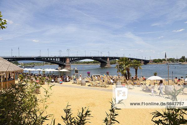 Europa  Deutschland  Rheinland-Pfalz  Mainz  Menschen am Strand Europa, Deutschland, Rheinland-Pfalz, Mainz, Menschen am Strand