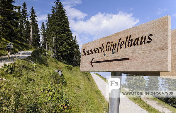 Wegweiser zum Brauneck Gipfelhaus  Lenggries  Bayern  Deutschland  Europa