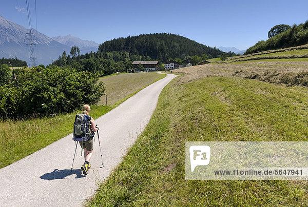 Wanderin auf Feldweg im Mittelgebirge bei Innsbruck  Österreich  Europa