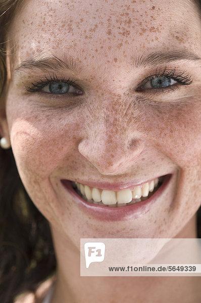 Deutschland  Nordrhein-Westfalen  Düsseldorf  Junge Frau lächelt  Portrait