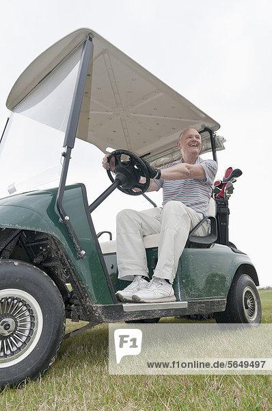 Deutschland  Nordrhein-Westfalen  Düsseldorf  Golfer sitzend im Golfwagen
