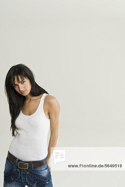 Junge Frau mit Händen hinter dem Rücken  Portrait