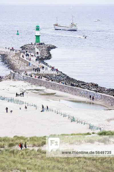 Deutschland  Rostock  Menschen am Strand